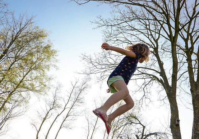 dívka ve vzduchu