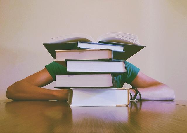 student za knihami.jpg