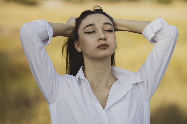 žena v bílé košili