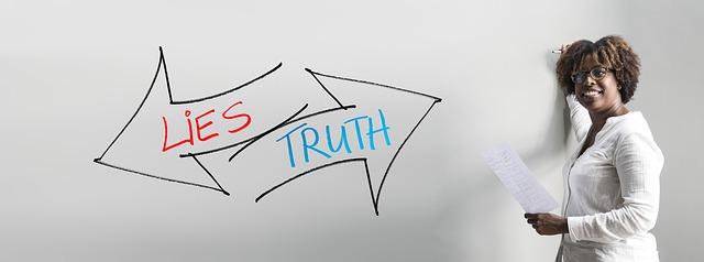 Pravda a lež nápisy na tabuli.
