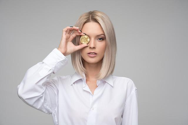 Žena s mincí v ruce.
