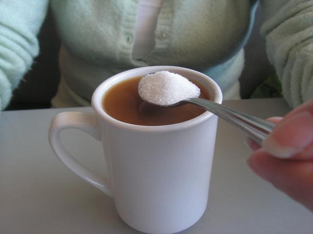oslazování si kávy po obědě