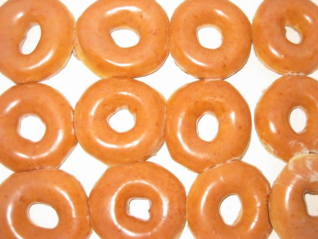 cukrové kroužky na bílém pozadí