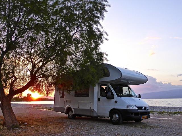 karavan u západu Slunce